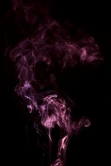 Patrón de remolino de humo rosa sobre fondo negro