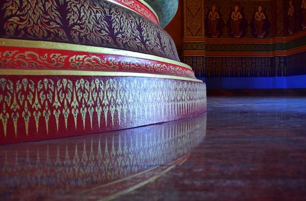Patrón tailandés decorativo en paredes