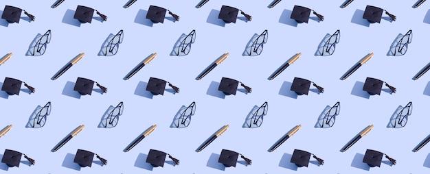 Patrón de tapa y bolígrafo graduado de banner en superficie azul con sombra dura
