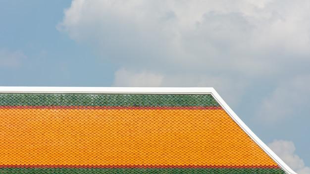 Patrón de techo de cerámica clásico naranja y verde en el templo en tailandia