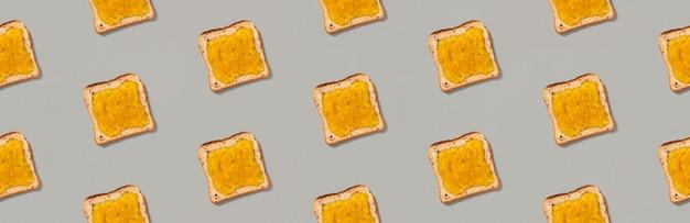 Patrón con tostadas y mermelada de limón sobre fondo gris. plantilla de menú de restaurante sabroso desayuno por la mañana