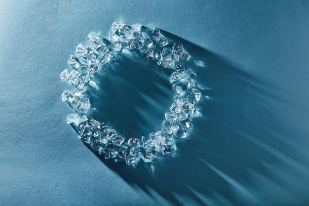 Patrón de trozos de hielo de vidrio transparente con sombras