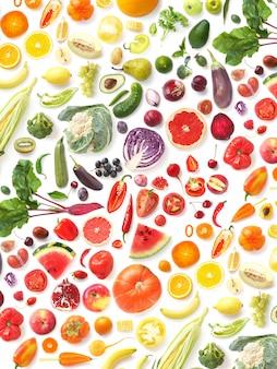 Patrón de varias verduras y frutas frescas aisladas en blanco