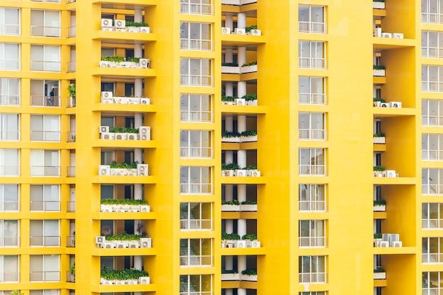 Patrón de ventana amarilla en edificio de apartamentos