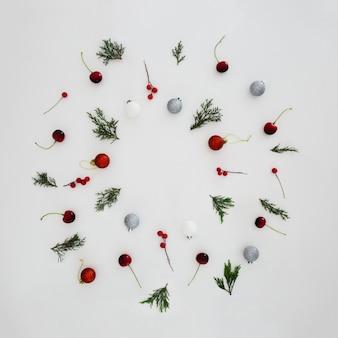 Patrones hechos con hojas de pino y bolas decorativas de navidad.