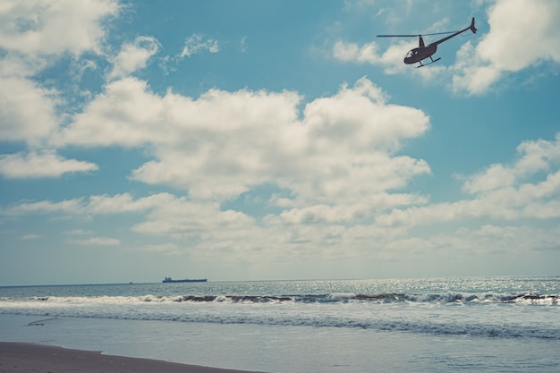 Patrullas de helicópteros sobre la playa del océano