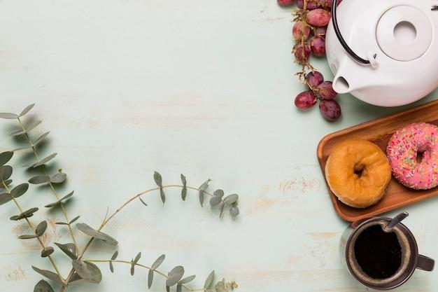 Pausa café con ramo de flores.
