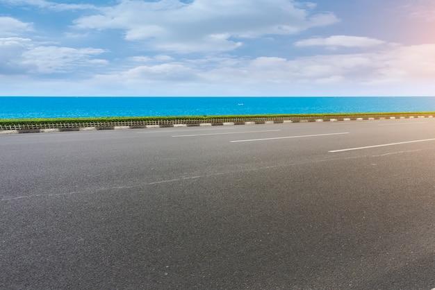 Pavimento de asfalto y mar