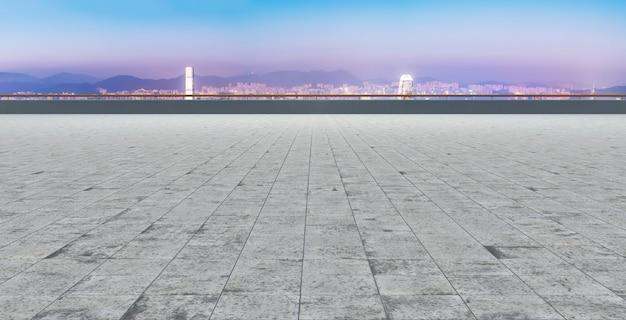 Pavimento de ladrillo y horizonte de la ciudad de hong kong