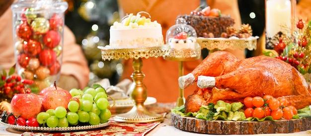 Pavo asado mesa servida con pavo en la cena de navidad, decorada con velas.
