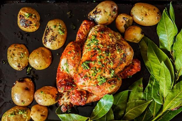 Pavo a la parrilla festivo con patatas y hierbas