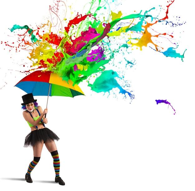 Payaso es reparado por una lluvia de colores.