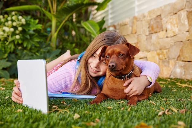 Pc y perro rubios de la tableta de la foto del selfie de la muchacha del niño