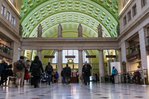 Peatones irreconocibles caminando en washington dc metro train union station. estados unidos