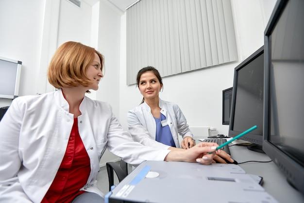 Pecho, radiografía de pulmón en la pantalla de la computadora de un médico en un escritorio
