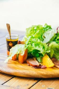 Pechuga de pato a la parrilla con ensalada de verduras