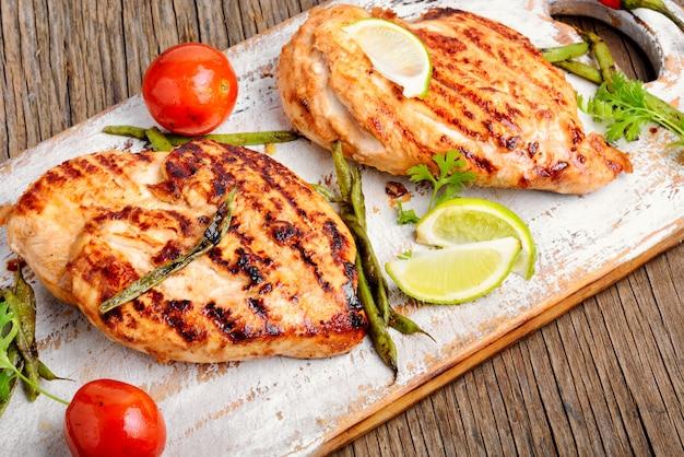 Pechuga de pollo asado con lima