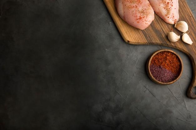 Pechuga de pollo cruda con ajo y especias