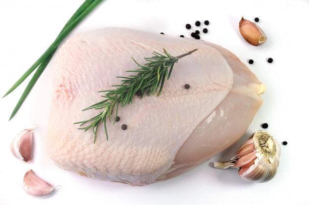Pechuga de pollo cruda fresca aislada en el fondo blanco