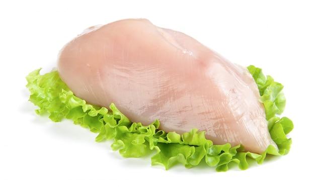 Pechuga de pollo cruda y lechuga verde