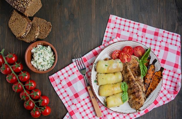 Pechuga de pollo frita en diferentes variaciones con tomates cherry, verduras, rollos de pimiento