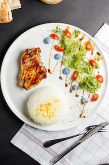 Pechuga de pollo frita servida con arroz