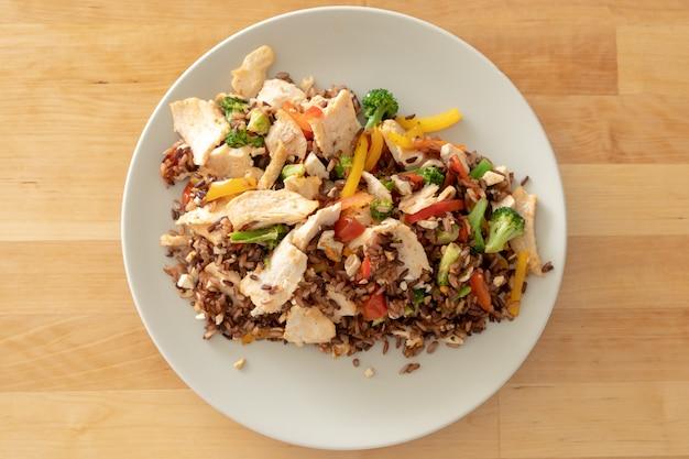 Pechuga de pollo hecha en casa de arroz frito con brócoli.