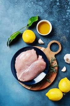 Pechuga de pollo con limones, romero y pimienta