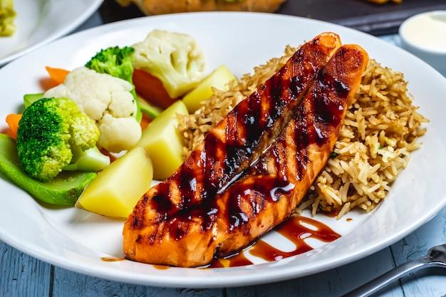 Pechuga de pollo a la parrilla con arroz, papa, calabacín, brócoli, zanahoria, coliflor, vista lateral