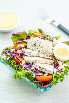 Pechuga de pollo a la parrilla y ensalada de carne