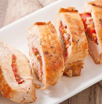 Pechuga de pollo a la parrilla rellena de albahaca, tomate y ajo
