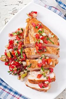Pechuga de pollo a la parrilla con salsa de tomate fresco