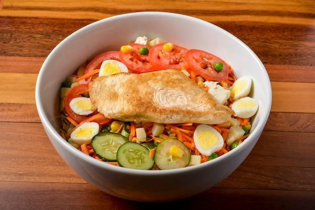 Pechuga de pollo a la parrilla y verduras para ensalada. comida sana brasileña.
