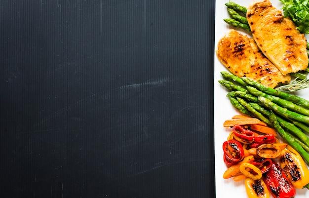 Pechuga de pollo a la plancha con verduras frescas