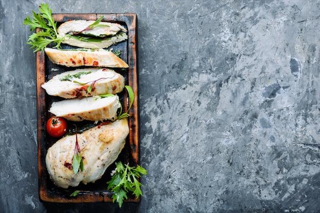 Pechuga de pollo en rodajas con hierba
