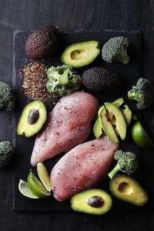 Pechugas de pollo crudas con verduras