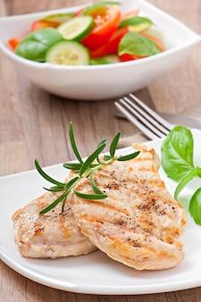 Pechugas de pollo a la parrilla y verduras