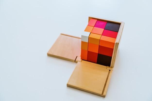En pedagogía de la educación alternativa montessori materiales especiales.