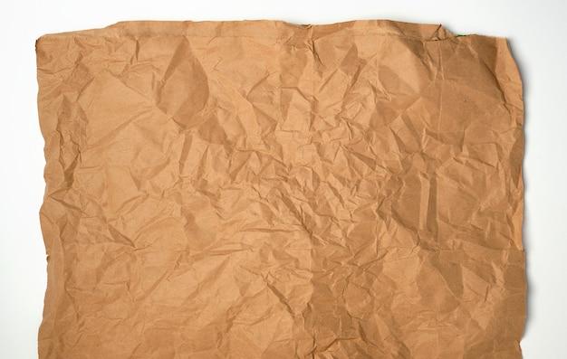 Pedazo arrugado de hoja de papel marrón