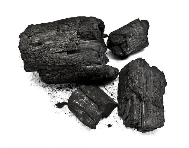 Pedazo de carbón de madera fracturado