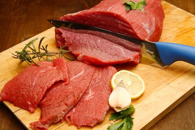 Pedazo de carne cortada