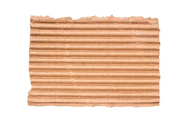 Pedazo de cartón roto aislado sobre un fondo blanco.