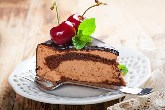 Pedazo de delicioso pastel de mousse de chocolate