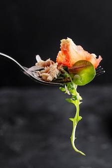 Pedazo de ensalada en primer plano tenedor