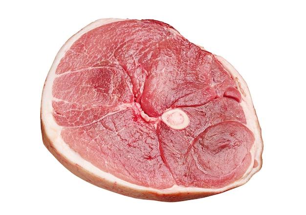 Pedazo de jamón de cerdo crudo aislado en blanco