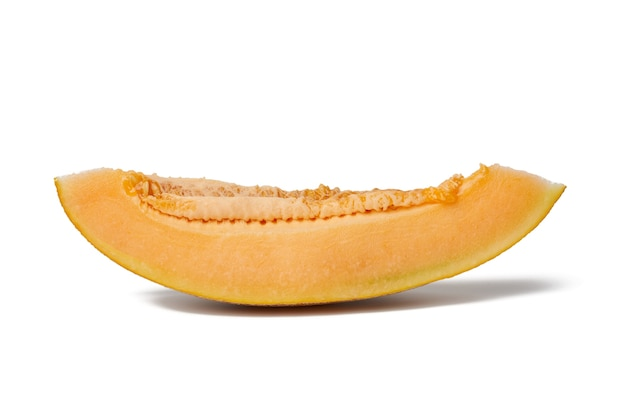 Pedazo de melón maduro con semillas, pulpa de naranja, fruta aislada sobre fondo blanco, cerrar