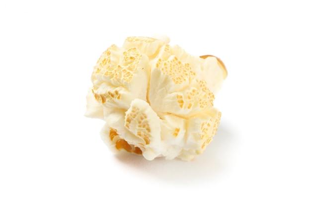 Pedazo de palomitas de maíz aislado sobre fondo blanco.