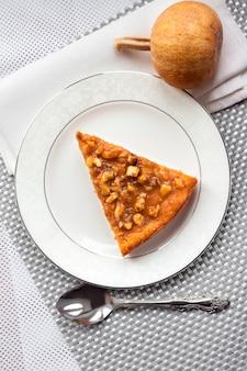 Pedazo de pastel de calabaza con nueces en un plato
