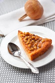 Pedazo de pastel de calabaza con nueces