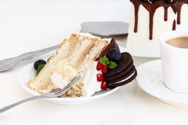 Pedazo de pastel de capas con arándanos frescos.